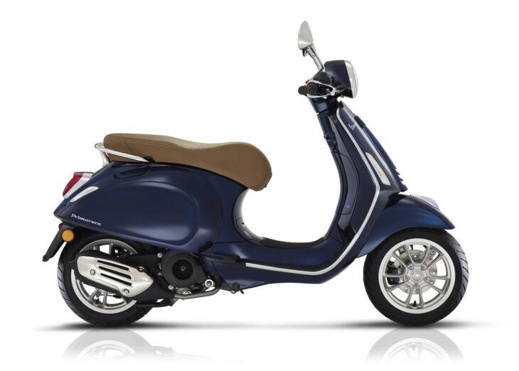 De Vespa Primavera blauw, nero blu energia, is scherp geprijsd leverbaar bij de enige officiéle Vespa dealer van Alphen aan den Rijn; Van der Louw tweewielers.