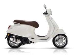 De Vespa Primavera wit, nero montebianco, is scherp geprijsd leverbaar bij de enige officiéle Vespa dealer van Alphen aan den Rijn; Van der Louw tweewielers.