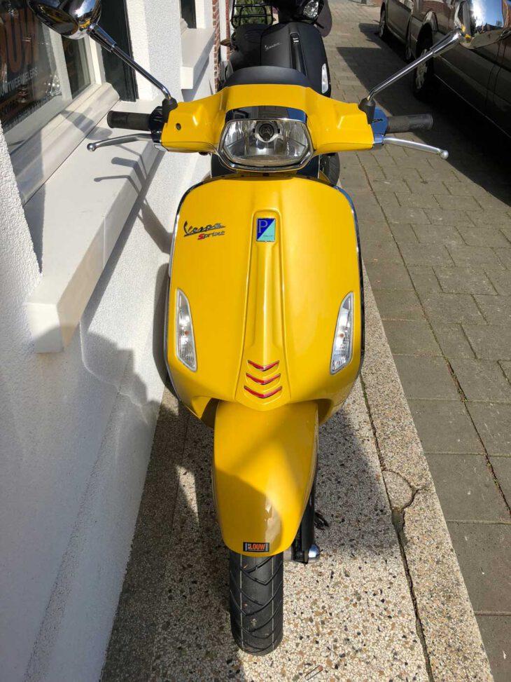 Deze Vespa Sprint is leverbaar bij de enige officiele Vespa dealer van Alphen aan den Rijn; van der Louw tweewielers.