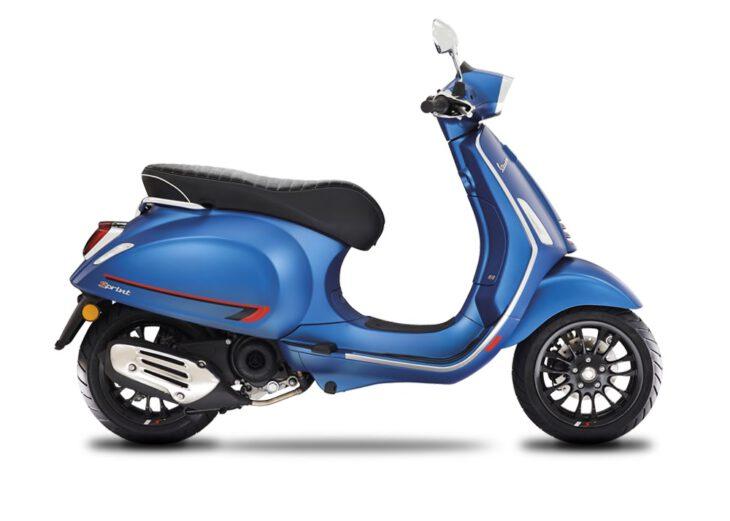 De Vespa Sprint S in matblauw, blu vivace is scherp geprijsd leverbaar bij de enige officiele Vespa dealer van Alphen aan den Rijn; Van der Louw tweewielers.
